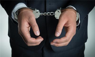 非法搜查他人身体违法吗